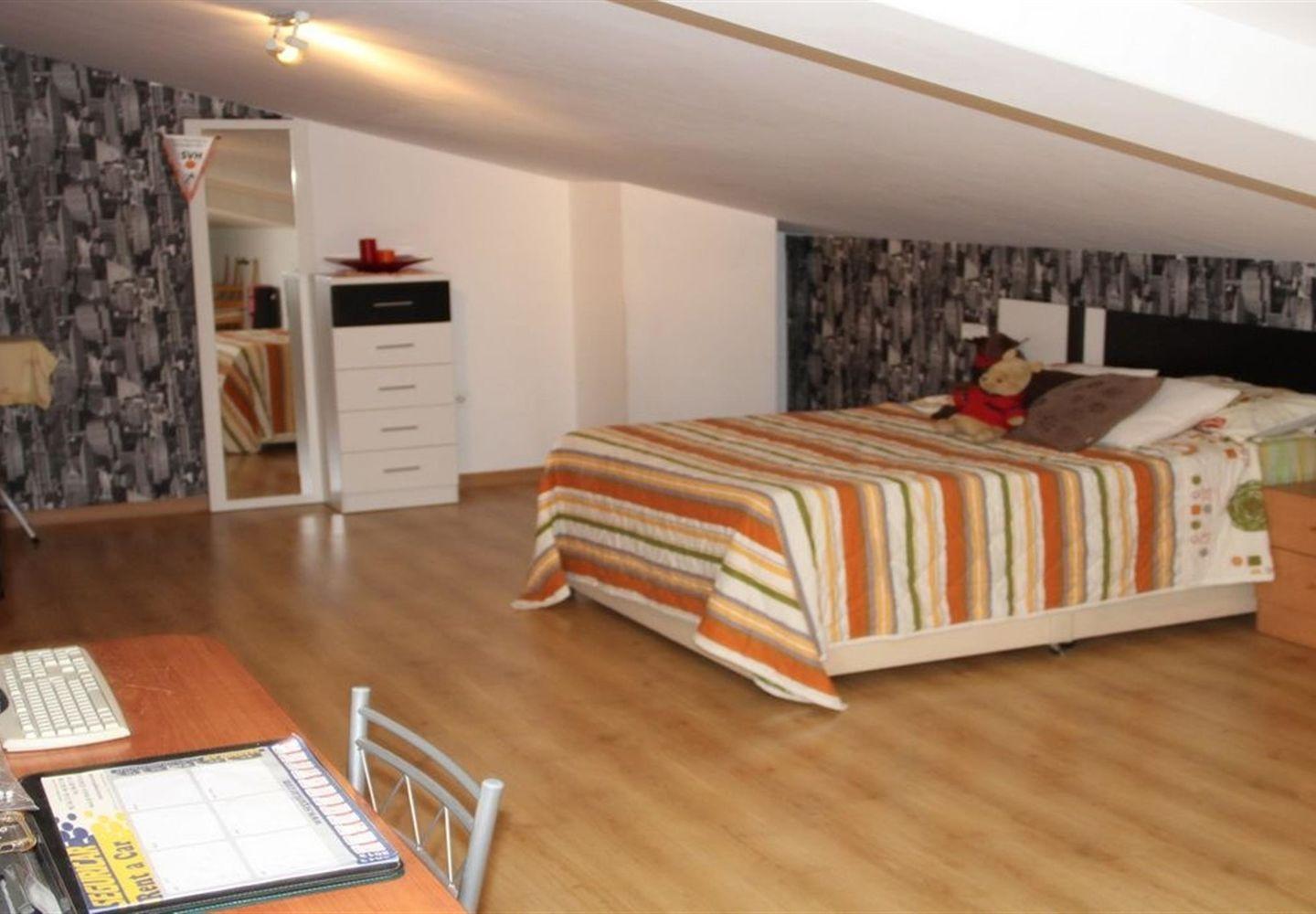 CASALINA ESPANA vous propose en vente un appartement duplex meublé de 87 m² à La Nucia, Costa Blanca Nord, avec vue sur les montagnes, connue pour sa magnifique centre du vieux village de La Nucia avec sa Plaza Mayor, l'église du 18ème siècle, l'anc