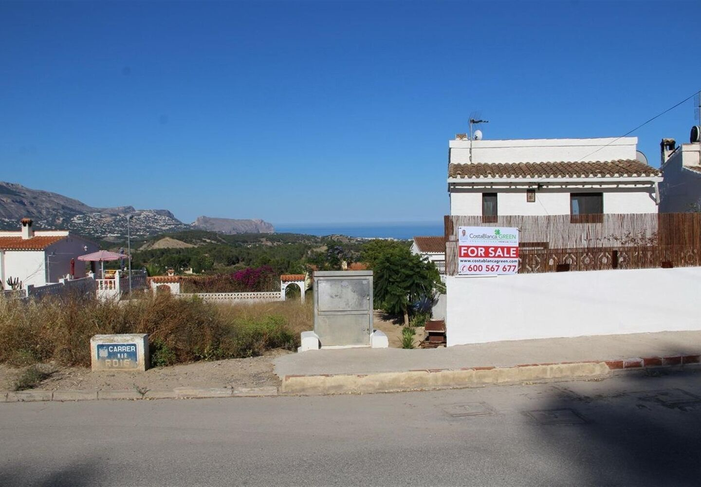 CASALINA ESPANA vous propose en vente une villa de 80 m² sur un terrain de 230 m² à La Nucia, Costa Blanca Nord, avec vue panoramique, connue pour sa magnifique centre du vieux village de La Nucia avec sa Plaza Mayor, l'église du 18ème siècle, l'anc