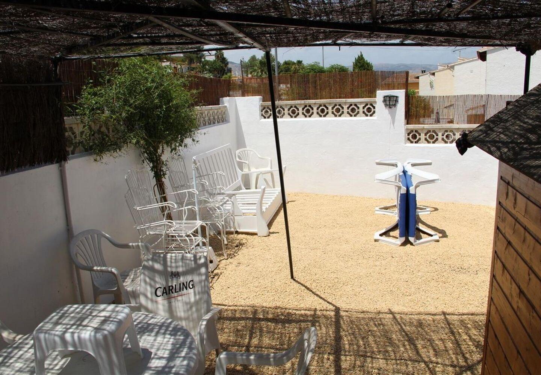 CASALINA ESPANA stelt te koop villa van 80 m² op een terrein van 230 m² in La Nucia, Costa Blanca Noord, met panoramisch zicht, gekend van het prachtige oud dorpscentrum van La Nucia met zijn Plaza Mayor, de kerk van de 18de eeuw, de oude wasplaats, etc