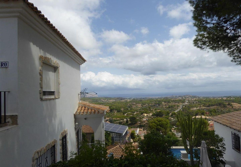 CASALINA ESPANA stelt te koop gerenoveerde(2012)villa van 90 m² op een terrein van 350 m² in La Nucia, Costa Blanca Noord, met panoramisch zicht, gekend van het prachtige oud dorpscentrum van La Nucia met zijn Plaza Mayor, de kerk van de 18de eeuw, de o