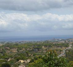 CASALINA ESPANA vous propose en vente une villa rénovée (2012) de 90 m² sur un terrain de 350 m² à La Nucia, Costa Blanca Nord, avec vue panoramique, connue pour sa magnifique centre du vieux village de La Nucia avec sa Plaza Mayor, l'église du 18è